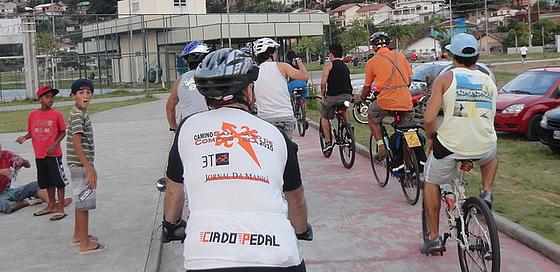 Passagem de ciclistas por parque da Costeira impressionou os mais jovens.