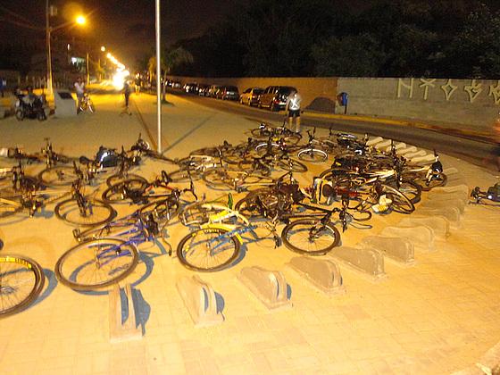 Bicicletas ao chão em protesto contra bicicletário inadequado instalado no Campeche.