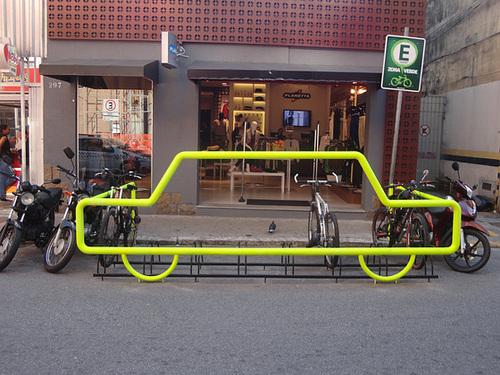 Zona Verde está regulamentada e deve se espalhar pela cidade. Na imagem, estacionamento implantado na Rua Deodoro, no Centro de Florianópolis, antes da substituição do modelo dos paraciclos. Foto: Fabiano Faga Pacheco.