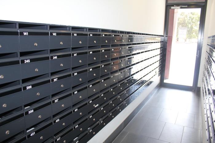 Комната с почтовыми ящиками