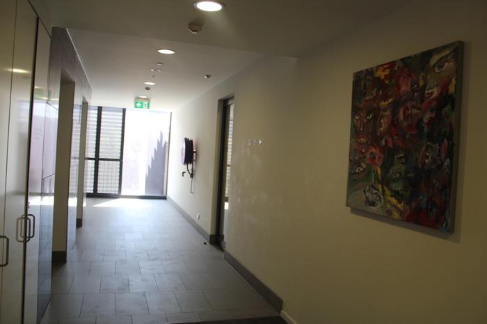 Выход к лифту и парковке, справа дверь на парковку, слева лифты