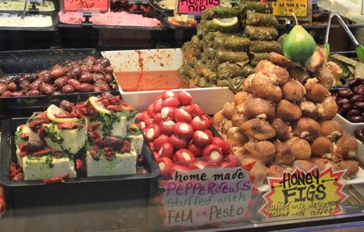 Слева-направо: фета с вялеными томатами, острый перец фаршированый фетой, медовый инжир