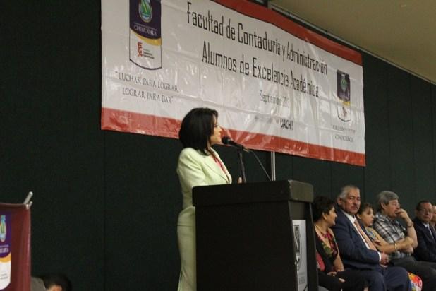 La directora Liliana Alvarez dirigiendo unas palabras