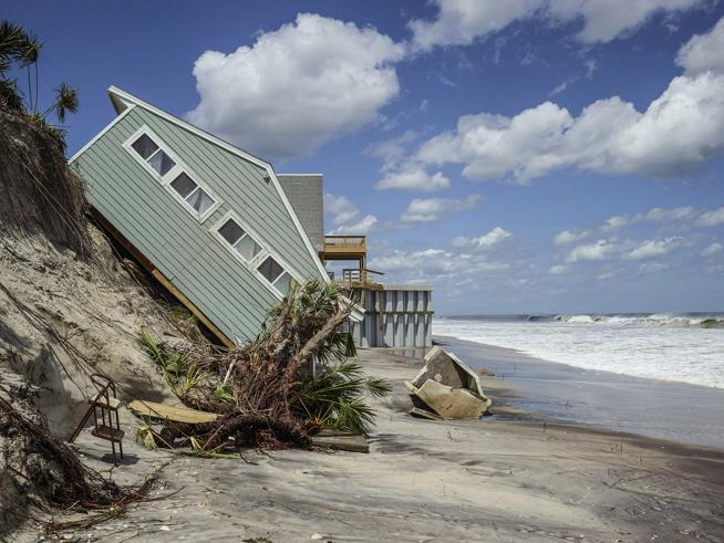 House collapse due to coastal erosion in South Ponte Vedra Beach, Florida demonstrates one of the impacts of worsening flooding and storm damage due to rapid Arctic change. Photo by James Balog/Earth Vision Institute.