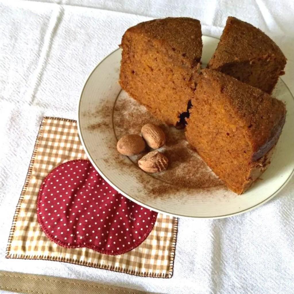 E esse bolo de abóbora que é divino? Além da textura e sabor da abóbora em si, ele vem com as especiarias que são o aroma dessa época do ano. Confira!