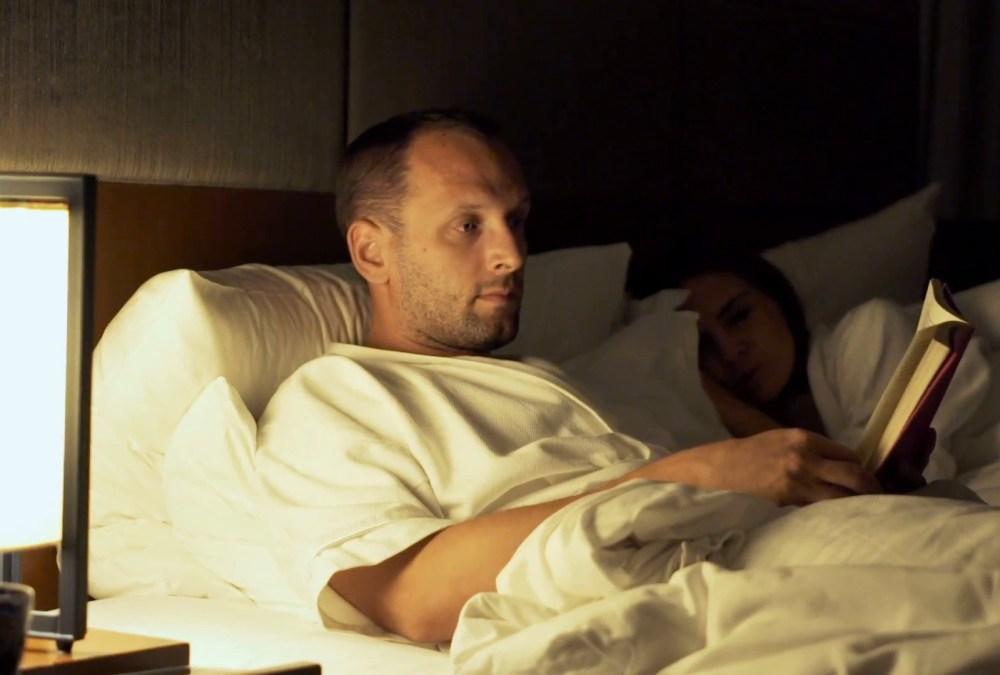 membaca-buku-malam-hari