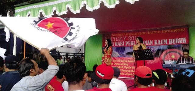 Peringatan hari buruh di samping gedung Balai Kota Malang (1/5), dimeriahkan pula oleh dua penyanyi perempuan.