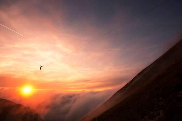 Coucher de soleil sur une highline au Moléson