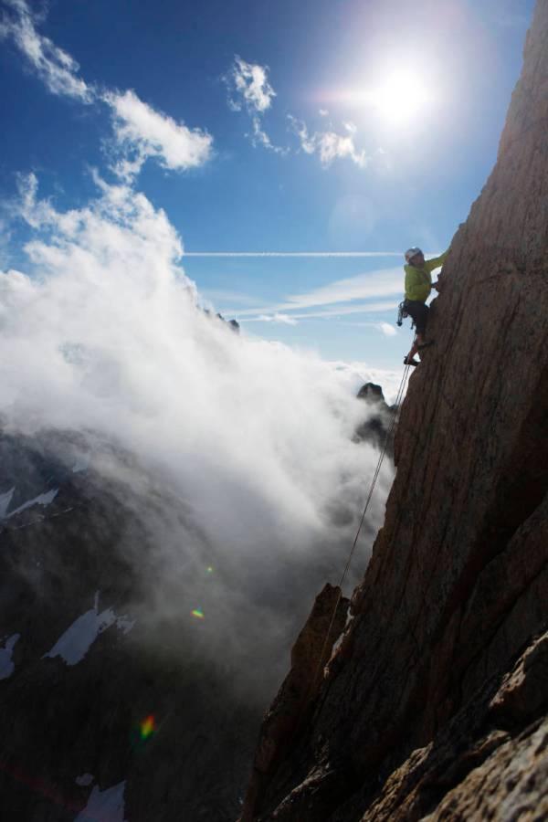 Sur le fil de l'arête au dessus des nuages dans les Écrins