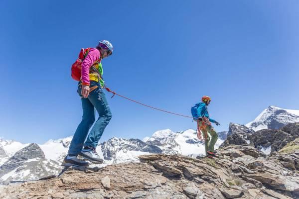 Un couple encordé avance sur une section facile de l'arete des Bouquetins près de l'Albaron en Haute Maurienne