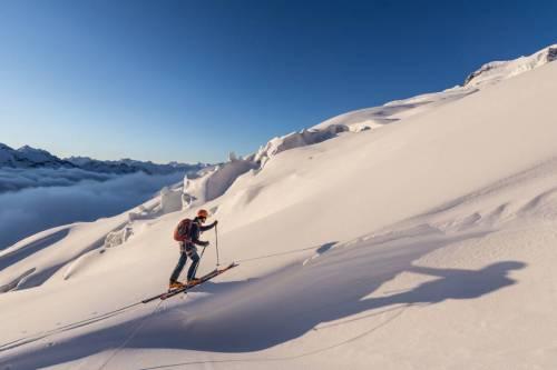 Un Skieur De Randonnée Remonte Le Glacier Menant Au Dome De La Sache Au Lever Du Jour