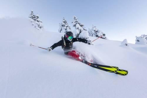 Un Skieur Semble En Lévitation Dans L'épaisse Couche De Neige Poudreuse À La Clusaz