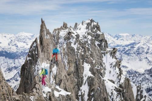 Une Cordée D'alpiniste Évolue Sur La Traversée Des Aiguilles D'Entrèves