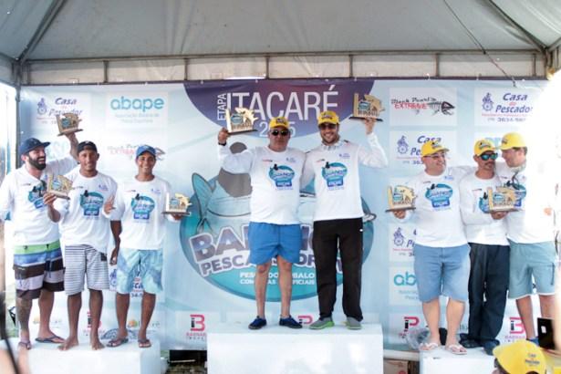 campeões comemoram o título mas ainda terão outra etapa para conquistar o campeonato.