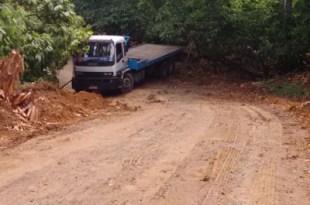 Caminhão perde controle em ladeira próxima ao povoado do Tabuleiro