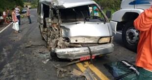 Ibirapitanga: Carreta tomba e atinge van com passageiros na BR-101; três ficam feridos