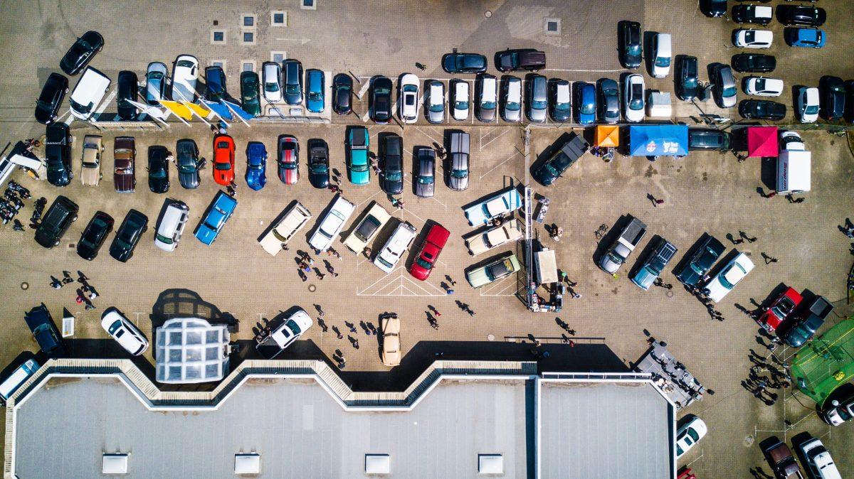 Co się stanie, jeśli uderzę w czyjś samochód na parkingu?