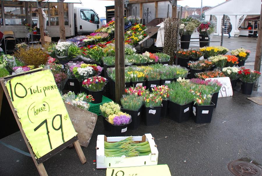 Di Fish Market ini bukan cuma jualan ikan saja, ada juga orang yang jualan bunga, souvenir dan (tampaknya) sembako