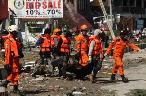 Basarnas Saat Evakuasi Korban Gempa Palu