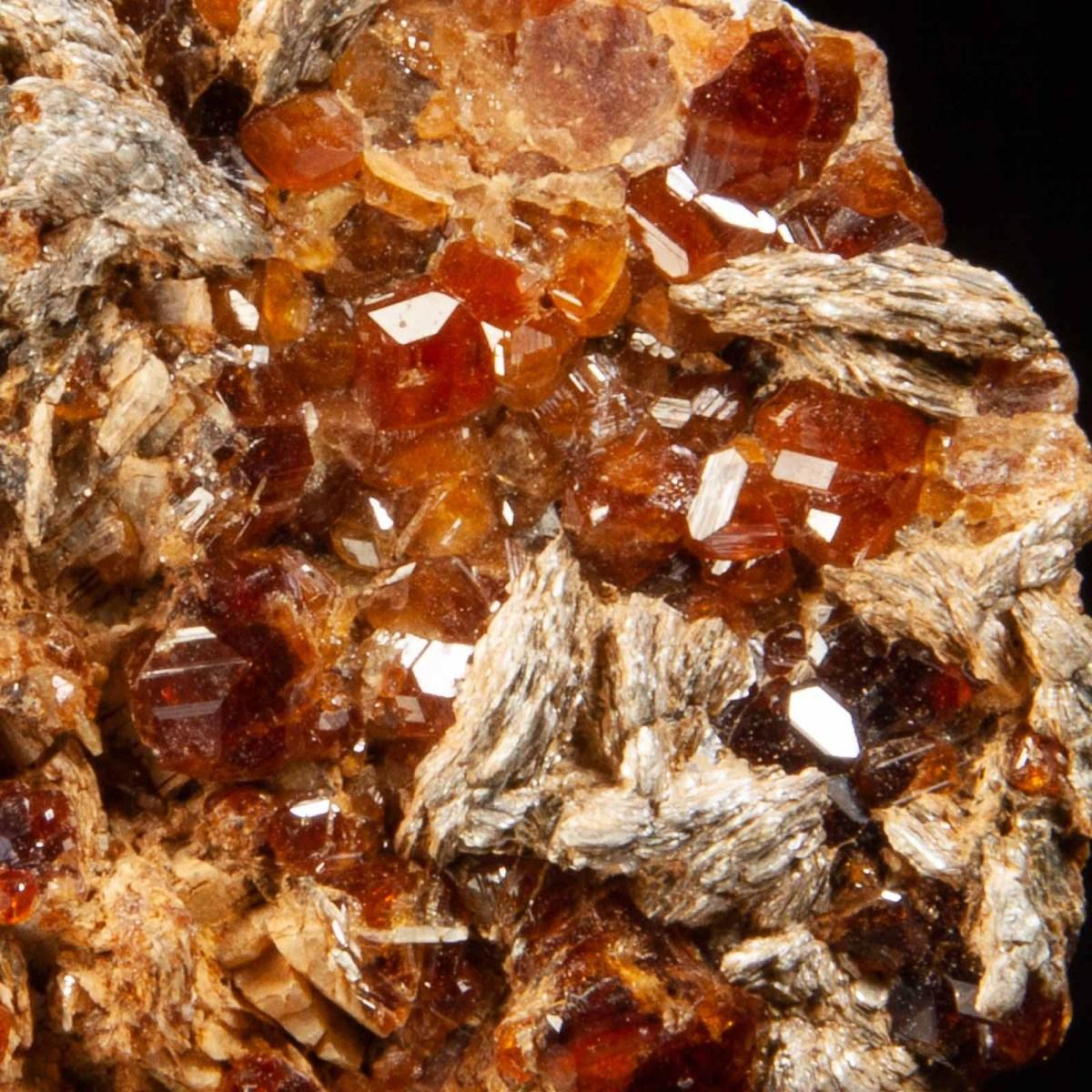 Hessonite Garnets and Chlinoclore