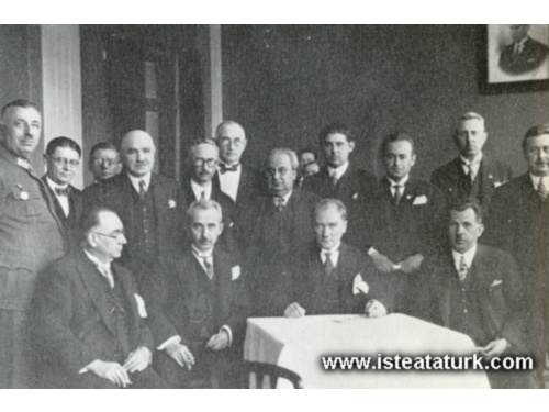Ankara Palas'ta Himaye-i Etfal Cemiyeti'nin çocuk balosunda. (23 Nisan 1929)