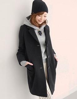 8黒のチェスターコート×黒ニット帽×ストライプパンツ