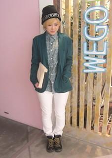 10緑のテーラードジャケット×白デニム×チェックシャツ