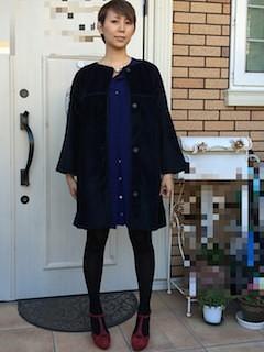 3黒のステンカラーコート×青シャツワンピ×赤ヒール
