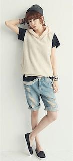 7パーカーニットベスト×黒Tシャツ×デニム