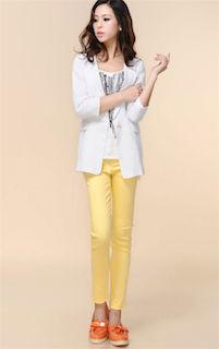 9黄色パンツ×白ジャケット×オレンジローファー