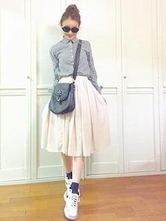 1フレアスカート×グレーブラウス×白スニーカー