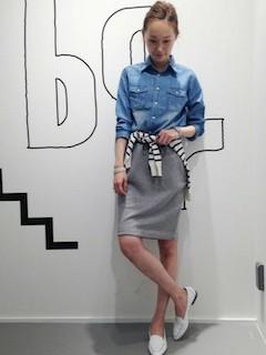6デニムシャツ×タイトスカート×ボーダー柄カーデ