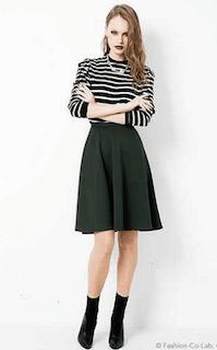 6緑フレアスカート×白黒ボーダートップス×黒ショートブーツ