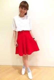 7赤フレアスカート×白トップス×白シューズ