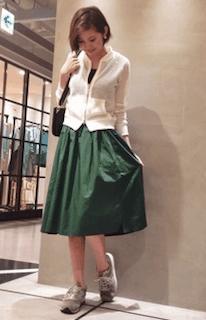 8緑フレアスカート×白カーディガン×スニーカー