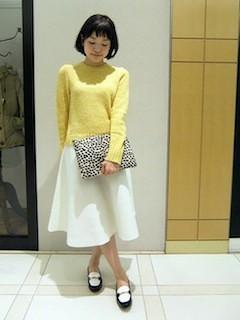 8黄色の春ニット×フレアスカート×クラッチバッグ