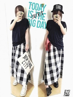 1チェックマキシ丈スカート×黒Tシャツ