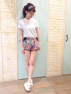 2白サンダル×白Tシャツ×花柄ショートパンツ