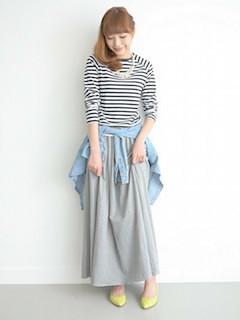 3グレーのマキシ丈スカート×白黒ボーダーTシャツ