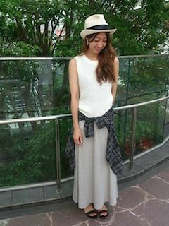 5グレーのマキシ丈スカート×白タンクトップ