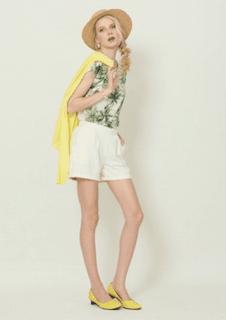 5ボタニカル柄Tシャツ×白ショートパンツ