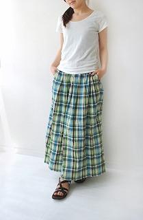 6チェックマキシ丈スカート×白Tシャツ