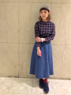 8青スニーカー×ネイビーマキシ丈スカート