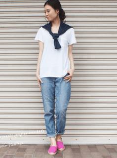 5ピンクのスリッポン×白Tシャツ×ジーンズ