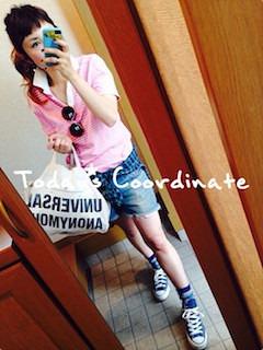 11ピンクのポロシャツ×デニムショートパンツ×スニーカー