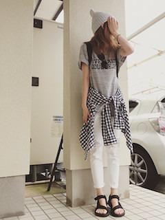 グレーのニット帽×グレーのTシャツ×白のパンツ