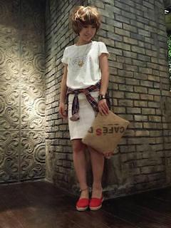 2赤のスリッポン×白Tシャツ×白タイトスカート