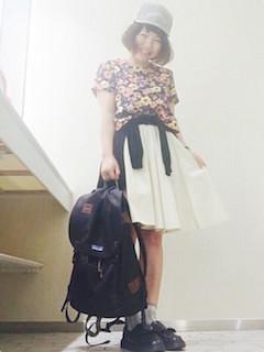 10花柄Tシャツ×白フレアスカート