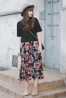 4黒Tシャツ×ボタニカルスカート