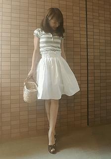 9グレーのポロシャツ×白ミニフレアスカート×カゴバック
